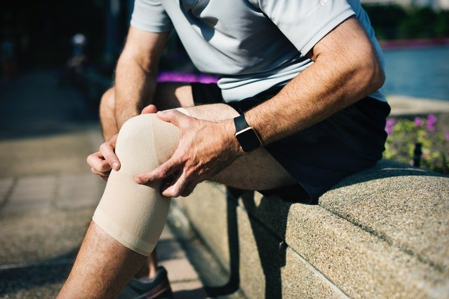 muscle and joint pain in the knee of a man
